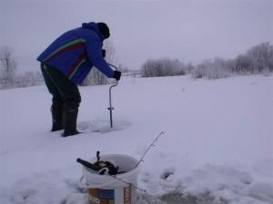 Сверление лунок на щуку зимой